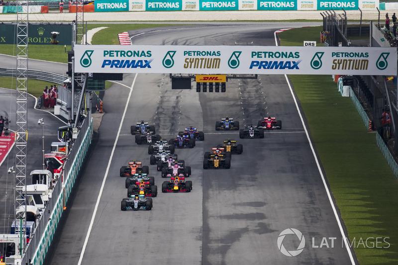 Льюіс Хемілтон, Mercedes AMG F1 W08, Макс Ферстаппен, Red Bull Racing RB13, Валттері Боттас, Mercedes AMG F1 W08, Стоффель Вандорн, McLaren MCL32, Серхіо Перес, Sahara Force India F1 VJM10, на старті
