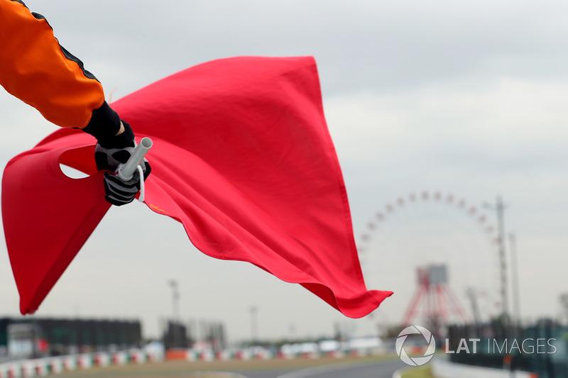 Hakem kırmızı bayrağı sallıyor
