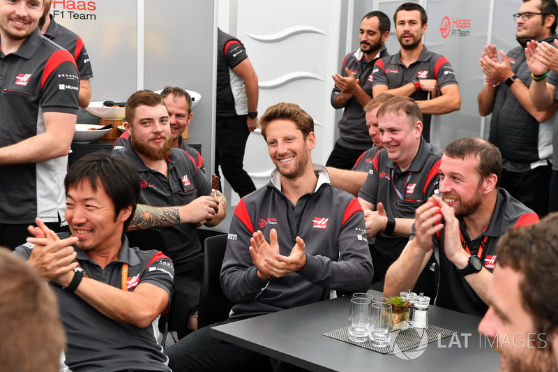 Romain Grosjean, Haas F1 Team and the team celebrate the Birthday of Kevin Magnussen, Haas F1