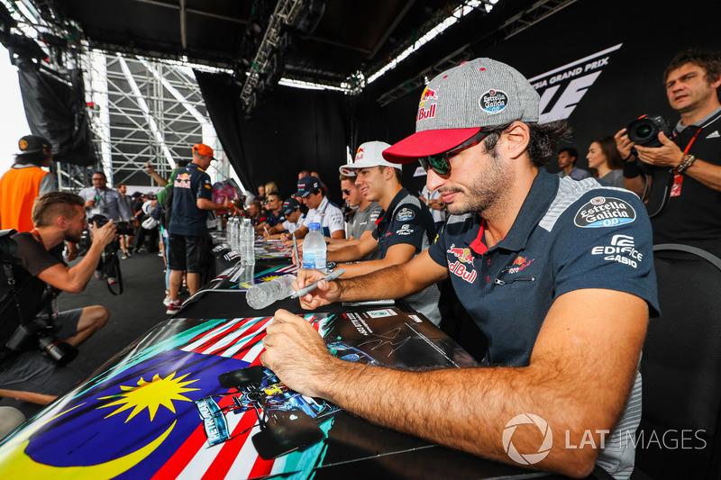 Карлос Сайнс-мол., Scuderia Toro Rosso, роздає автографи