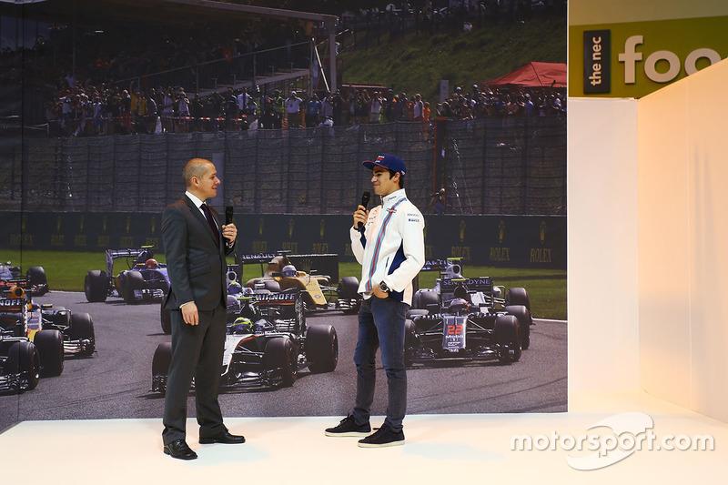Lance Stroll visita el stand de  F1 Racing