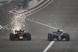 Les étincelles volent alors que Max Verstappen, Red Bull Racing RB14 Tag Heuer, se bat face à Lewis Hamilton, Mercedes AMG F1 W09