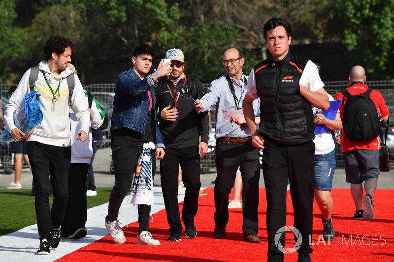 Fernando Alonso, McLaren swafoto bersama penggemar