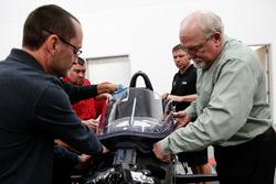 Джефф Хортон, директор INDYCAR по инжинирингу и безопасности, устанавливает аэроскрин на машину 2018 года