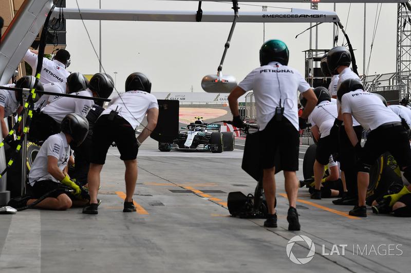 Arrêt au stand pour Valtteri Bottas, Mercedes-AMG F1 W09 EQ Power+