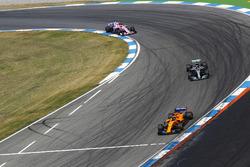 Fernando Alonso, McLaren MCL33, Lewis Hamilton, Mercedes AMG F1 W09, y Esteban Ocon, Force India VJM11