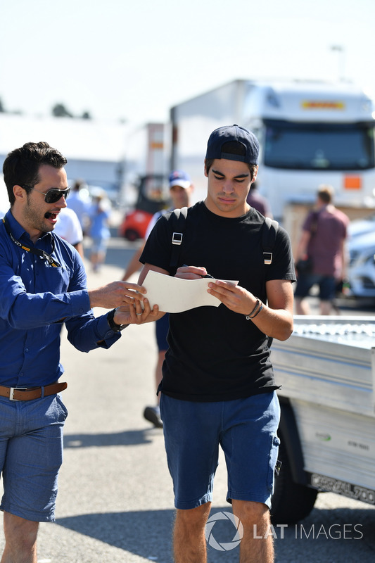 Lance Stroll, Williams, firma un autografo