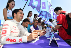 Neel Jani, Dragon Racing, Sam Bird, DS Virgin Racing, firmano autografi ai fan