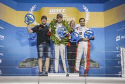 Podio Trofeo: il vincitore Tom Chilton, Sébastien Loeb Racing, Citroën C-Elysée WTCC, il secondo cla