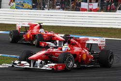 Felipe Massa, Ferrari F10 precede Fernando Alonso, Ferrari F10
