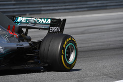 Lewis Hamilton, Mercedes-AMG F1 W09 blistered rear tyre