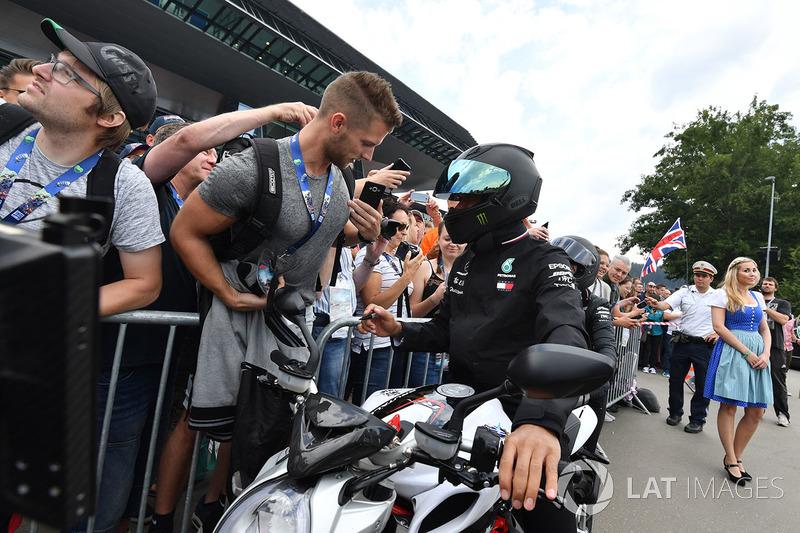 Lewis Hamilton, Mercedes-AMG F1, mengendarai motor MV Augusta miliknya