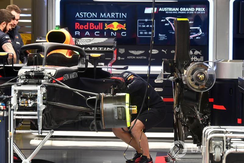 Red Bull Racing RB14 in de garage