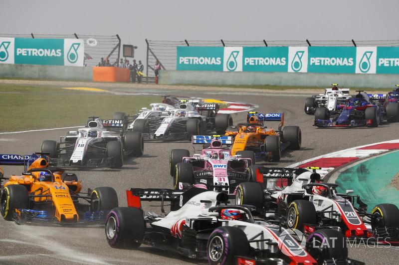 Romain Grosjean, Haas F1 Team VF-18 Ferrari, Kevin Magnussen, Haas F1 Team VF-18 Ferrari, Fernando Alonso, McLaren MCL33 Renault, Esteban Ocon, Force India VJM11 Mercedes, Stoffel Vandoorne, McLaren MCL33 Renault, et le reste du peloton au départ