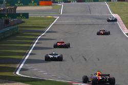 Kimi Raikkonen, Ferrari SF71H, Lewis Hamilton, Mercedes AMG F1 W09, y Daniel Ricciardo, Red Bull Racing RB14 Tag Heuer