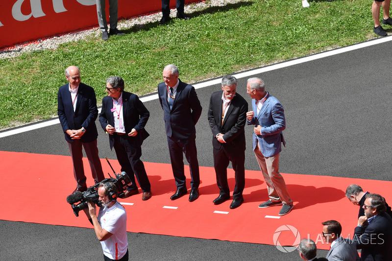 Chase Carey, Director Ejecutivo y Presidente Ejecutivo del Grupo de Fórmula Uno y Sean Bratches, Director General de Fórmula Uno, Operaciones Comerciales en la grilla