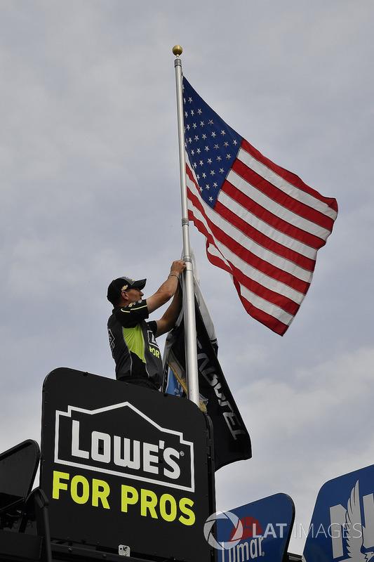 Jimmie Johnson, Hendrick Motorsports, Chevrolet Camaro Lowe's for Pros crew