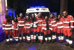 Pirelli Racing-manager Mario Isola, midden, bij de vrijwillige ambulancedienst in Milaan