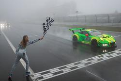 Damalı bayrak: Yarış galibi #912 Manthey Racing Porsche 911 GT3 R: Richard Lietz, Patrick Pilet, Frédéric Makowiecki, Nick Tandy