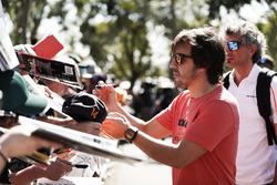 Fernando Alonso, McLaren, firma autógrafos para fanáticos