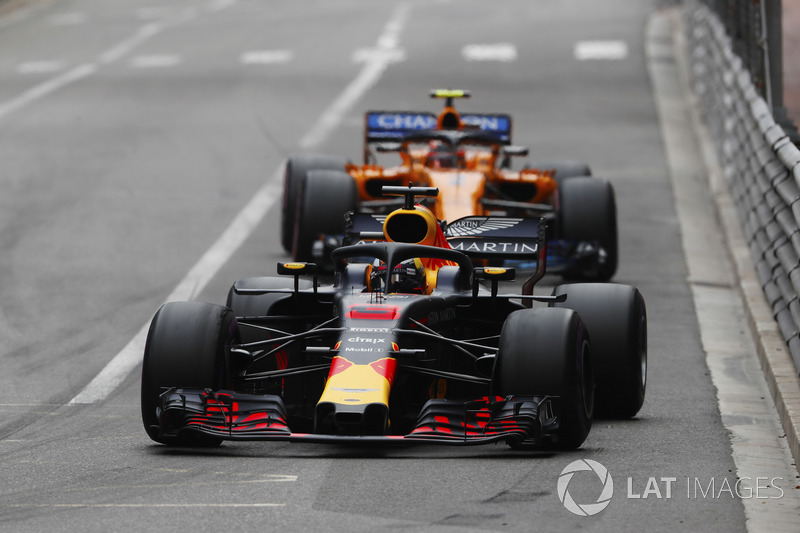 Daniel Ricciardo, Red Bull Racing RB14, y Stoffel Vandoorne, McLaren MCL33