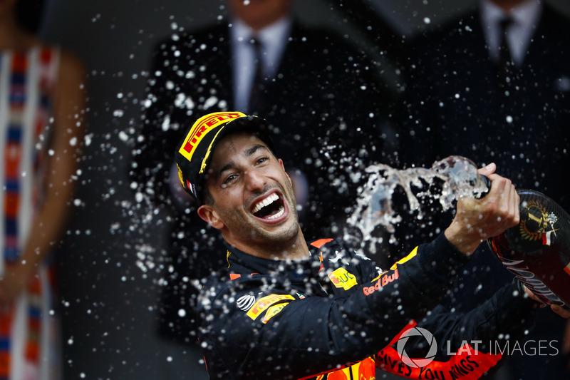 Podio: ganador de la carrera Daniel Ricciardo, Red Bull Racing, celebra Champagne