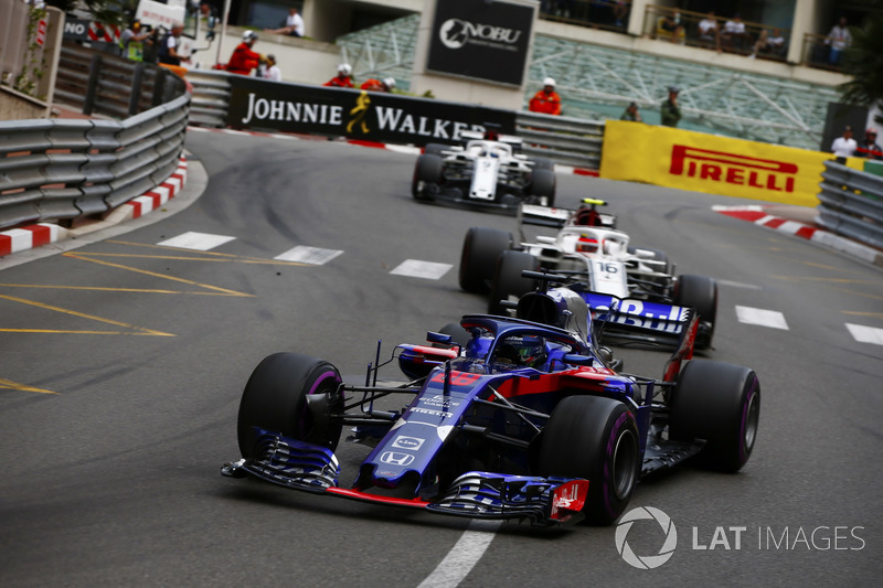 Brendon Hartley, Toro Rosso STR13, leads Charles Leclerc, Sauber C37 and Marcus Ericsson, Sauber C37