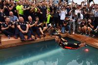 Il vincitore della gara Daniel Ricciardo, Red Bull Racing festeggia nella piscina della Red Bull Energy Station