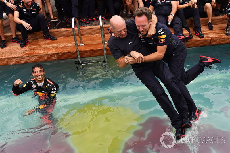 Christian Horner, director del equipo Red Bull Racing y Adrian Newey, Red Bull Racing saltan a la piscina de Red Bull Racing Energy Station