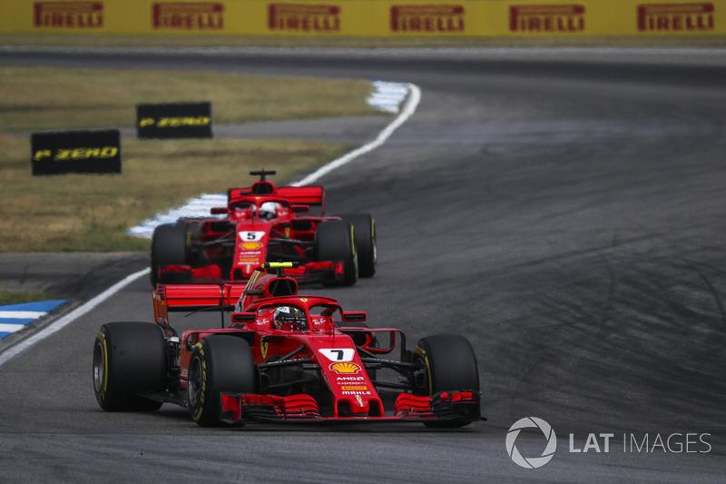 Setelah pit stop pertama masing-masing, Sebastian Vettel terhambat di belakang Kimi Raikkonen dan beberapa kali mengunci roda