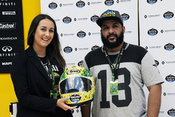Alessandra Valllini, Ayrton Senna Foundation with a special edition helmet designed by Shock Maravillha