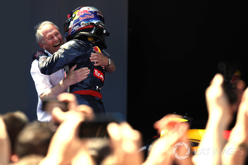 Ganador de la carrera Max Verstappen, Red Bull Racing y Helmut Markko, Consultor, Red Bull Racing, celebran