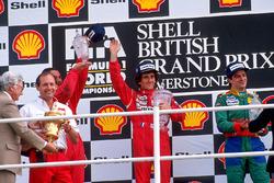 Podium: 1. Alain Prost, McLaren; 2. Nigel Mansell, Ferrari; 3. Alessandro Nannini, Benetton, mit Ron Dennis, McLaren-Teamchef