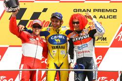 Podio: ganador de la carrera Valentino Rossi, segundo lugar Loris Capirossi, tercer lugar Nicky Hayden