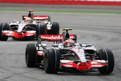 Heikki Kovalainen, Mclaren MP4/23 y Lewis Hamilton, McLaren Mercedes MP4/23