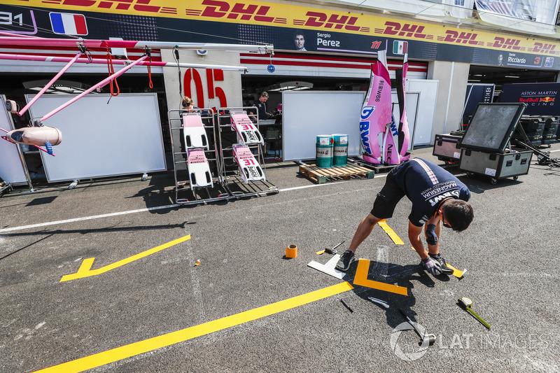 Kru tim Force India mempersiapkan kotak pit