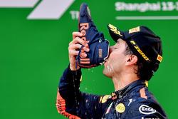 Racewinnaar Daniel Ricciardo, Red Bull Racing viert de overwinning op het podium met een shoey