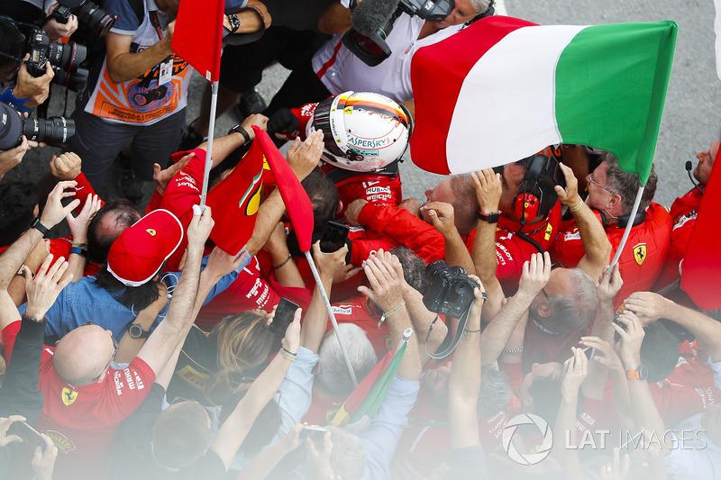 El ganador del GP de Canadá, Sebastian Vettel, Ferrari celebra su victoria en parc ferme con el equipo