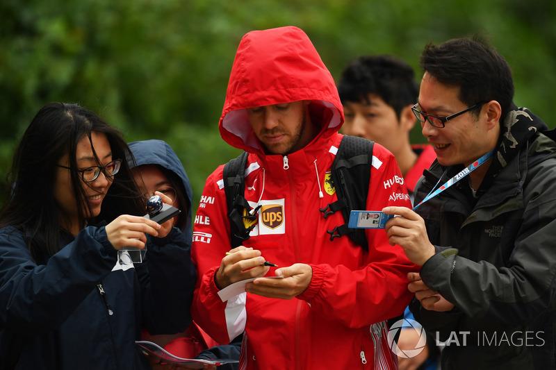 Sebastian Vettel, Ferrari, signe des autographes