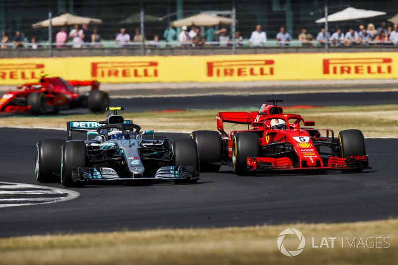 Valtteri Bottas, Mercedes AMG F1 W09, à la lutte avec Sebastian Vettel, Ferrari SF71H
