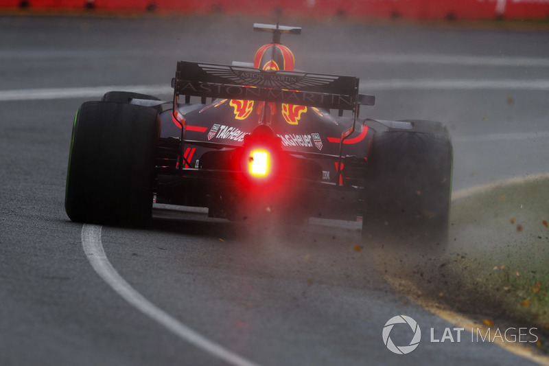 Max Verstappen, Red Bull Racing RB14 Tag Heuer, kicks up grass and leaves