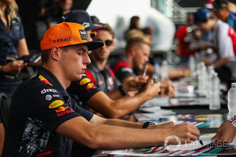 Макс Ферстаппен, Red Bull Racing підписує автографи уболівальникам