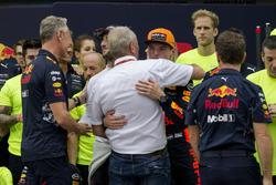 Yarış galibi Max Verstappen, Red Bull Racing, Christian Horner, Red Bull Racing Takım Patronu, Dr. Helmut Marko, Red Bull Danışmanı, Daniel Ricciardo, Red Bull Racing ve takım