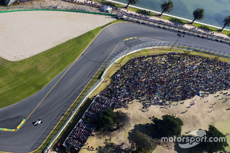 Felipe Massa, Williams FW40 y Romain Grosjean, Haas F1 Team VF-17