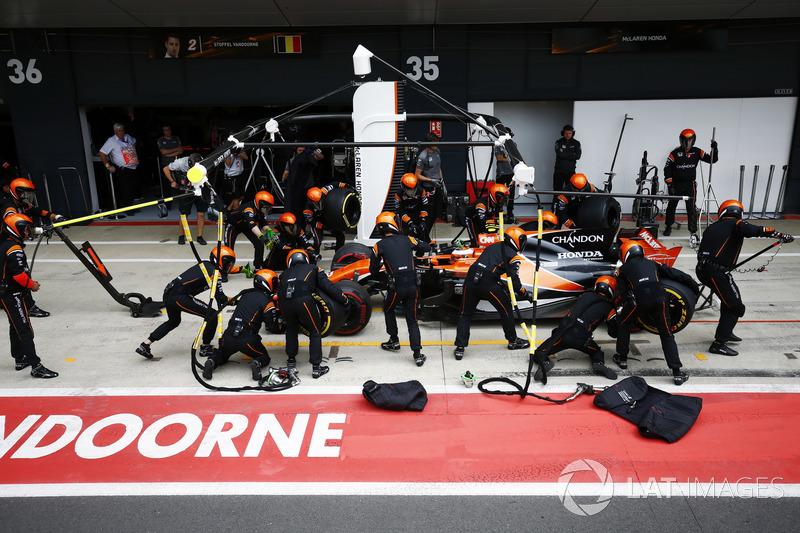 Stoffel Vandoorne, McLaren MCL32, pit stop action