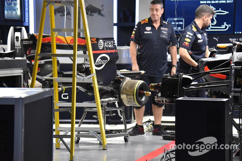 Meccanici Red Bull a lavoro sulla RB13 di Max Verstappen
