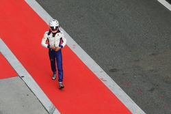 Antonio Giovinazzi, Sauber,regresa a su garaje después de estrellarse