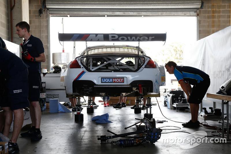 #99 Walkenhorst Motorsport, BMW M6 GT3: Jörg Müller, Nico Menzel, Ricky Collard in the garage