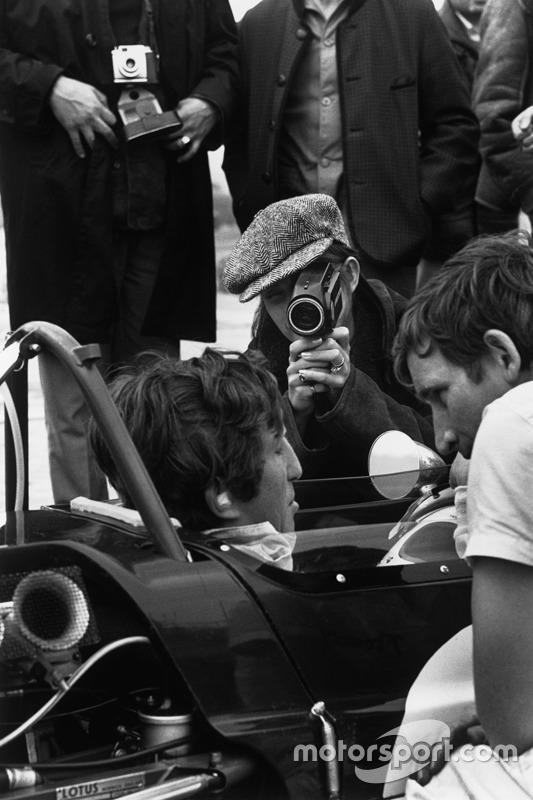 Jochen Rindt, Lotus 49B-Ford Cosworth, con su esposa Nina que filma a su marido en los pits