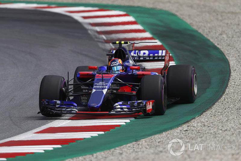 Carlos Sainz Jr., Scuderia Toro Rosso STR12, corrects a slide